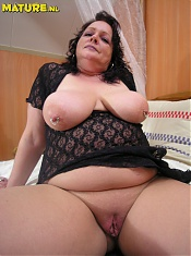 Big titted mama shwoing all of her stuff