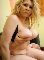 Blonde BBW model Luana showing off her plump tits and crams her muff with a fat wang live